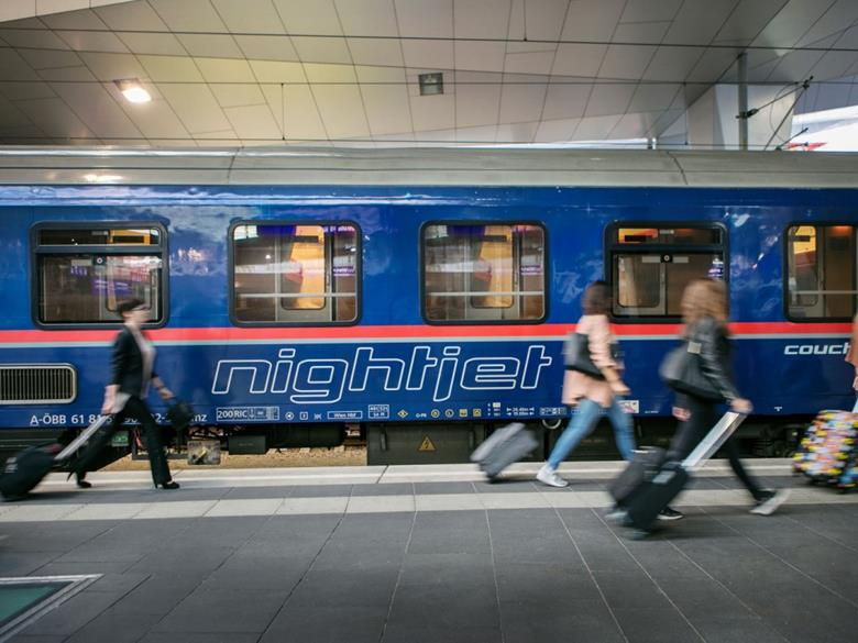Alvóhelyes vagon Bécs főpályaudvarán. (Foró forrása: Raliway Gazette https://www.railwaygazette.com/passenger/nightjet-expands-to-amsterdam-and-brussels/54811.article )